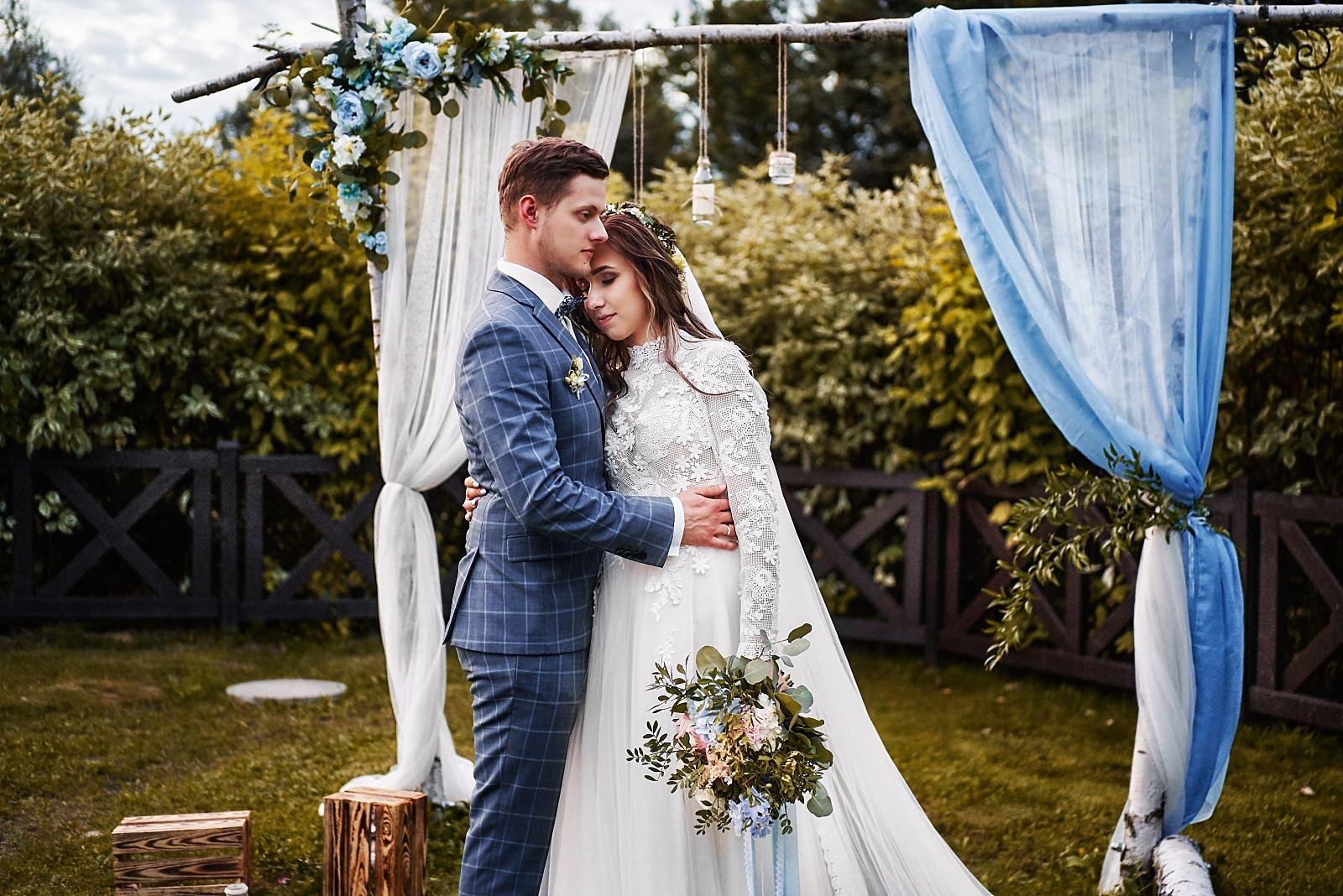 rustykalna brama do ślubu cywilnego