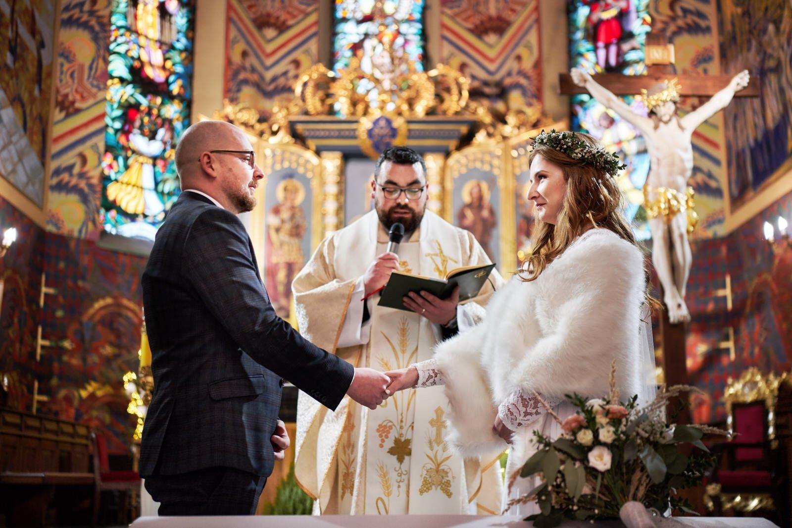 Piękne zimowe wesele i sesja ślubna przy ognisku